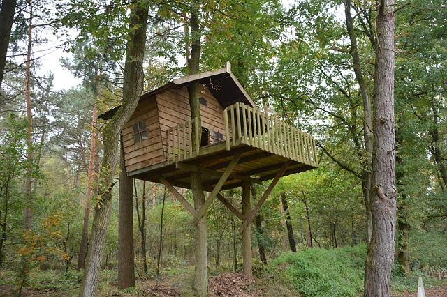 domek na drzewie z palet
