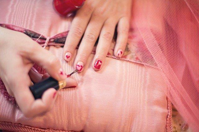 jak usunąć lakier do paznokci z ubrania